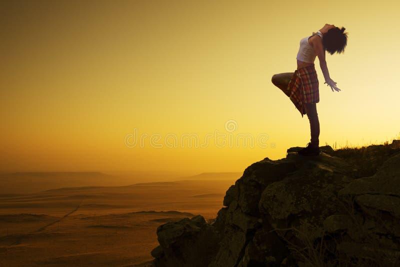 Danse asiatique de fille dans le lever de soleil images libres de droits
