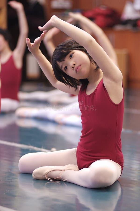 Danse asiatique de gosse images stock