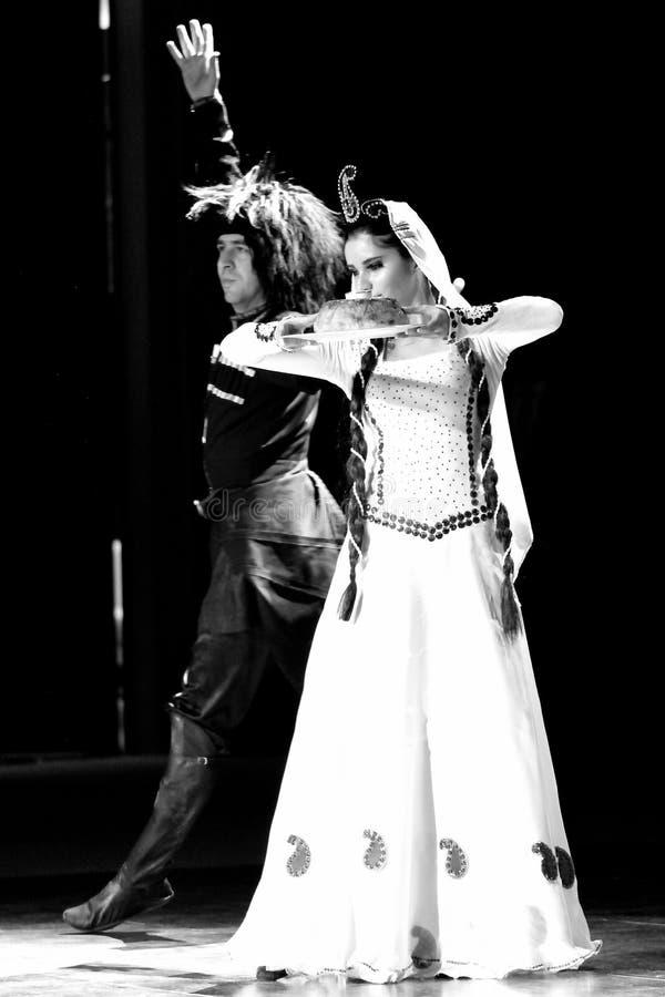 Danse azerbaïdjanaise traditionnelle de mariage : homme et femme photos libres de droits