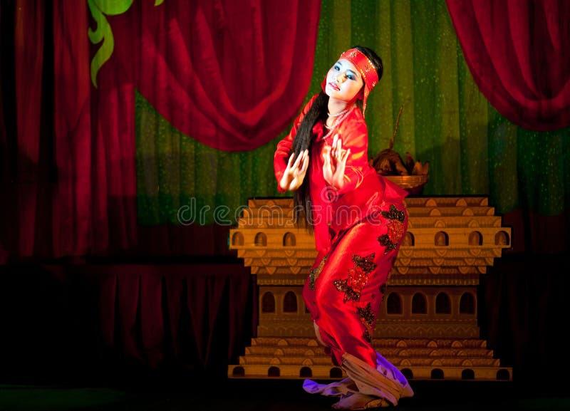 Download Danse Birmanne Du Milieu D'esprit Photo stock éditorial - Image du concert, musique: 76077073
