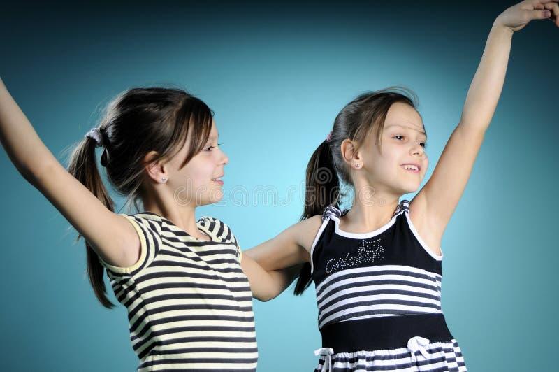 Danse blanche gaie de jumeaux photo stock