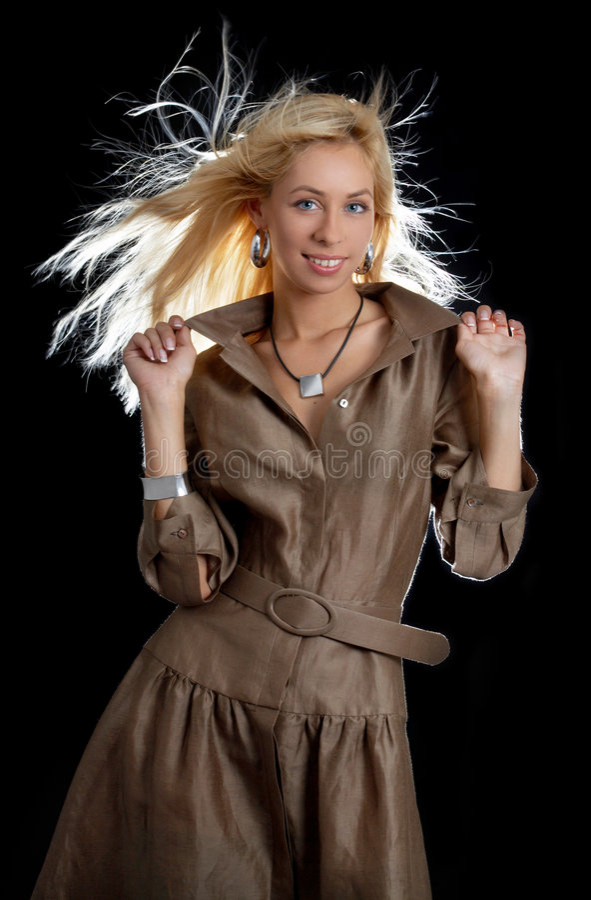 Danse blonde dans la robe brune photographie stock