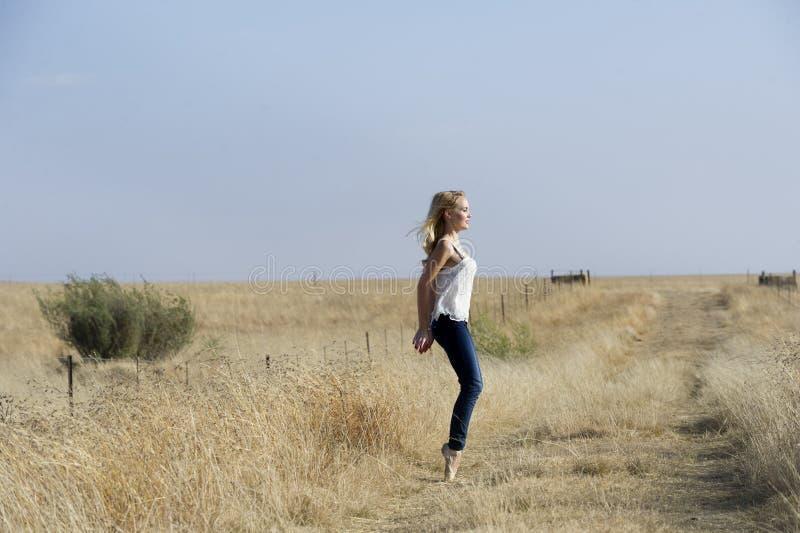 Danse blonde de ballerine dans le domaine photos stock