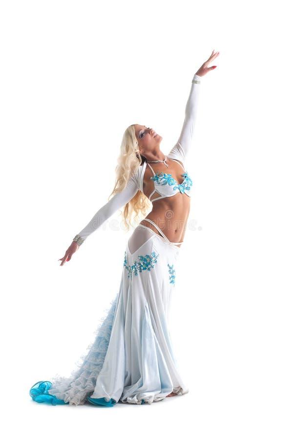 Danse blonde de femme dans le costume oriental blanc image stock