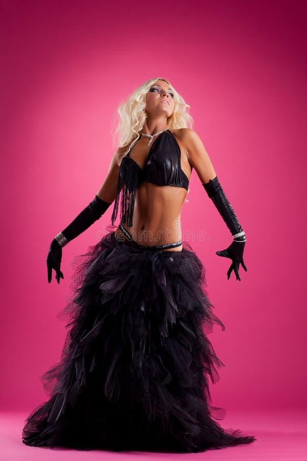 Danse blonde de femme dans le costume oriental noir images stock