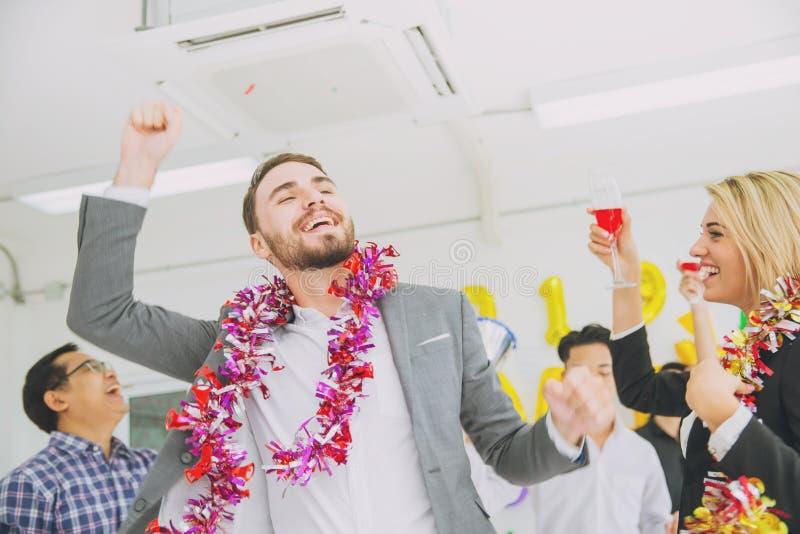 Danse caucasienne d'homme d'affaires de patron en fête au bureau image stock
