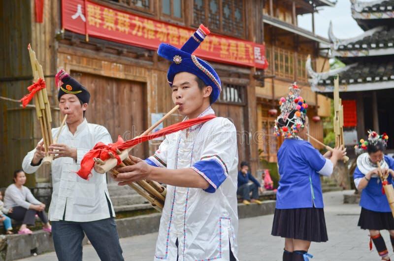 Danse chinoise de poeople de minorité photos stock