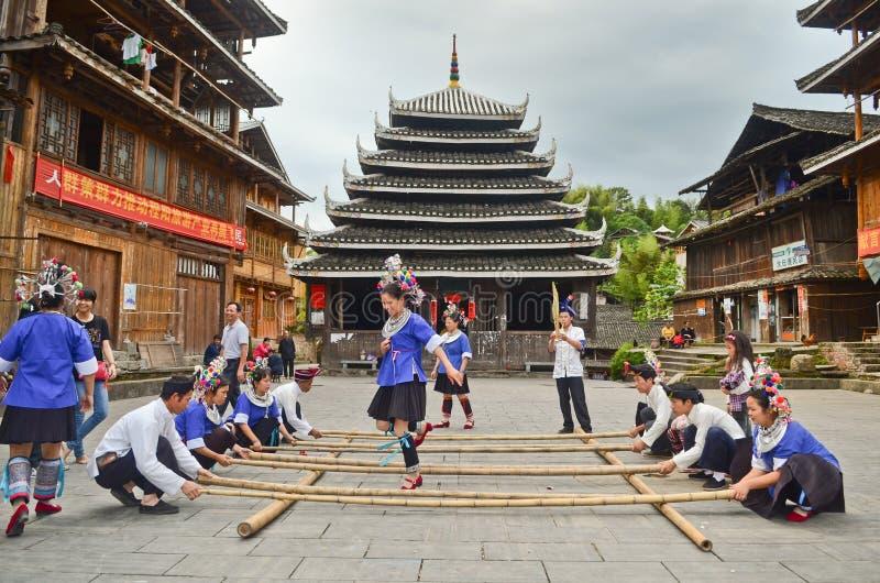 Danse chinoise de poeople de minorité photos libres de droits