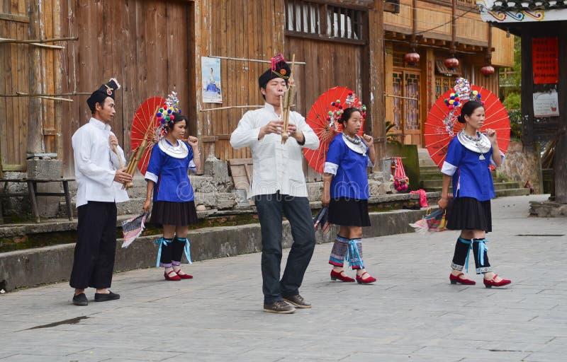 Danse chinoise de poeople de minorité photographie stock libre de droits