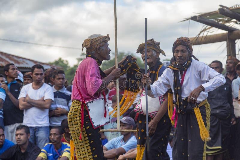 Danse d'aînés de village près de Bajawa image stock