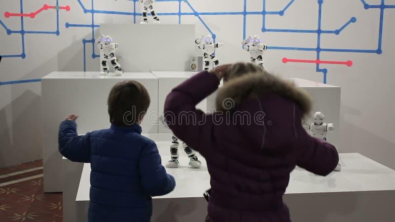 Danse d'enfants avec les robots blancs drôles clips vidéos