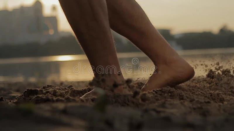 Danse d'homme sur la plage banque de vidéos