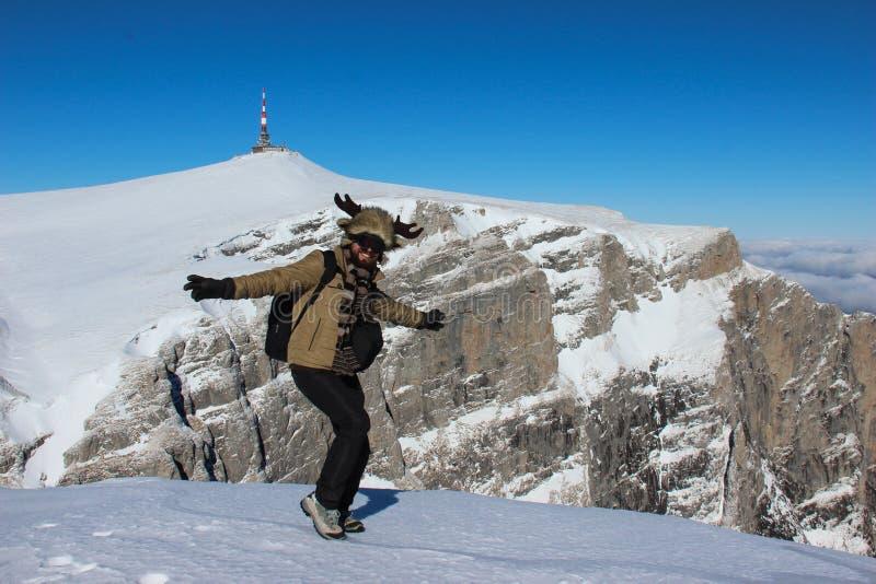 Danse d'homme sur le dessus de montagne photos libres de droits