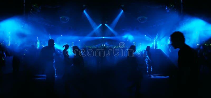 Danse dans le bleu - illustration grande-angulaire extrême photos libres de droits