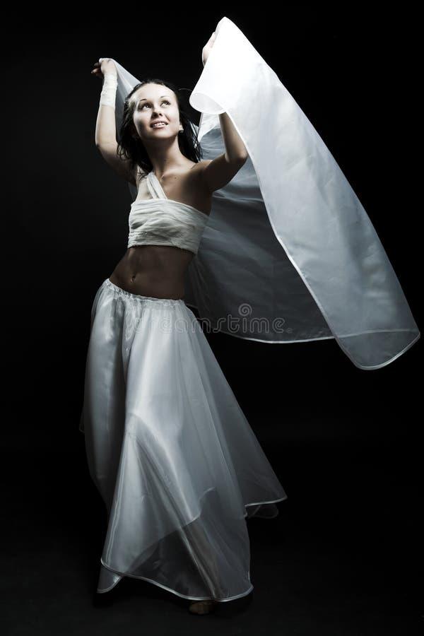 Danse dans le semidarkness image libre de droits