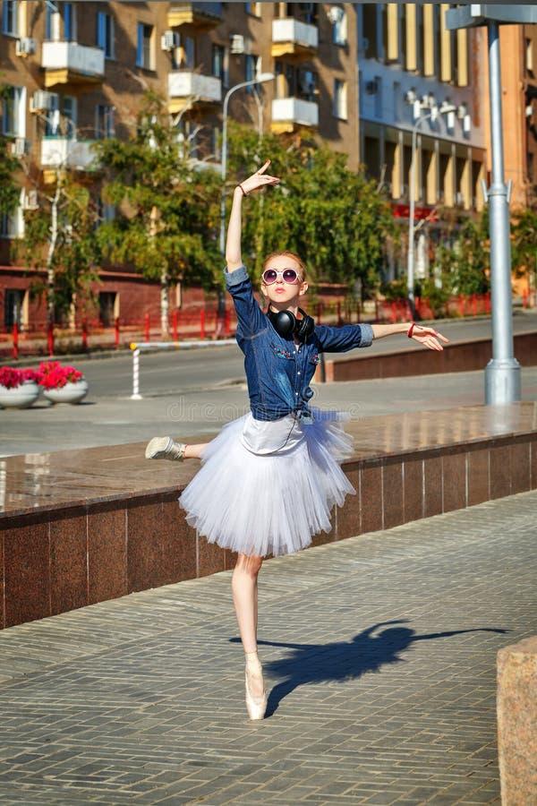 Danse de ballerine sur les rues photographie stock libre de droits