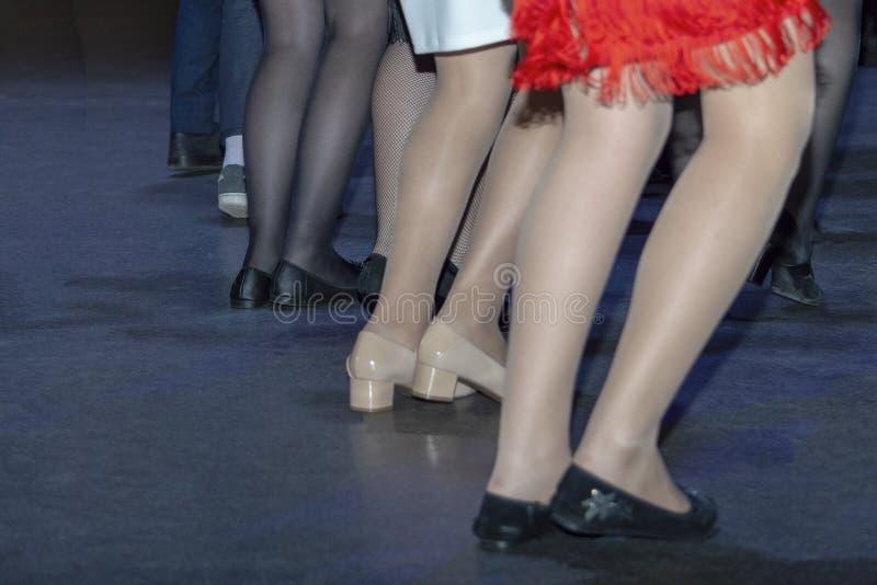 Danse de beaucoup de personnes sur la piste de danse, disco photographie stock