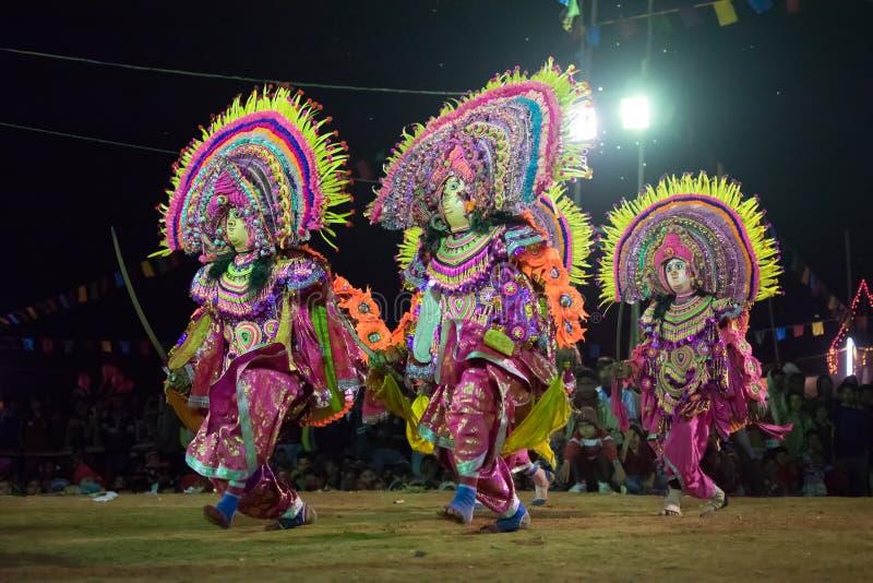 Danse de Chhau, danse martiale tribale indienne la nuit dans le village photos stock