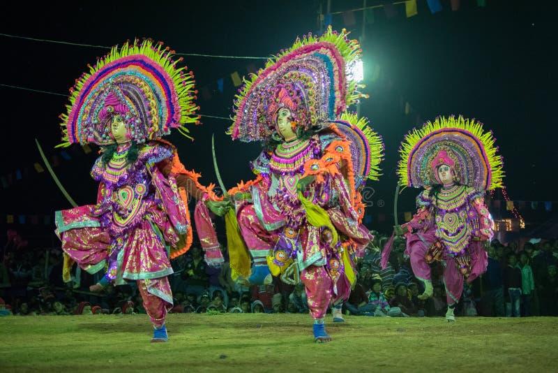 Danse de Chhau, danse martiale tribale indienne la nuit dans le village photographie stock libre de droits