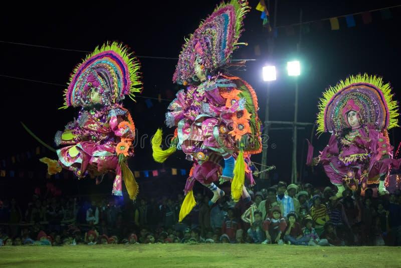 Danse de Chhau, danse martiale tribale indienne la nuit dans le village image stock
