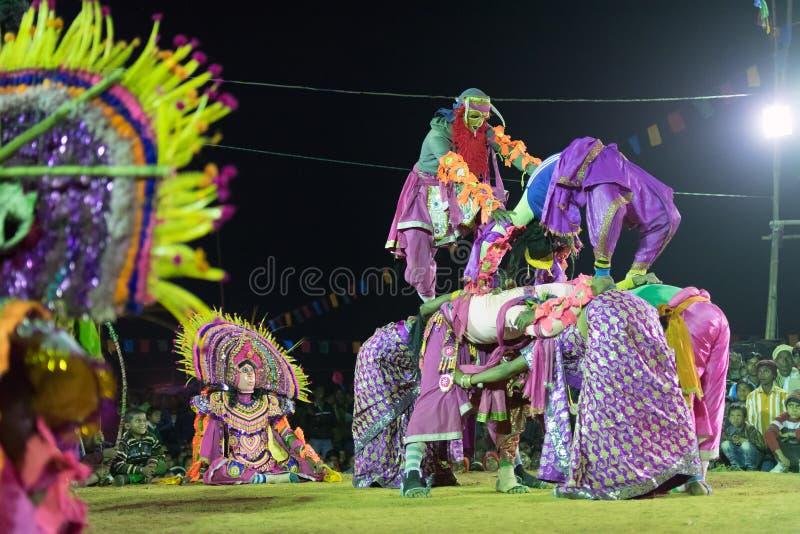 Danse de Chhau, danse martiale tribale indienne la nuit dans le village image libre de droits