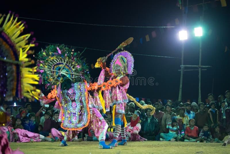 Danse de Chhau, danse martiale tribale indienne la nuit dans le village images libres de droits