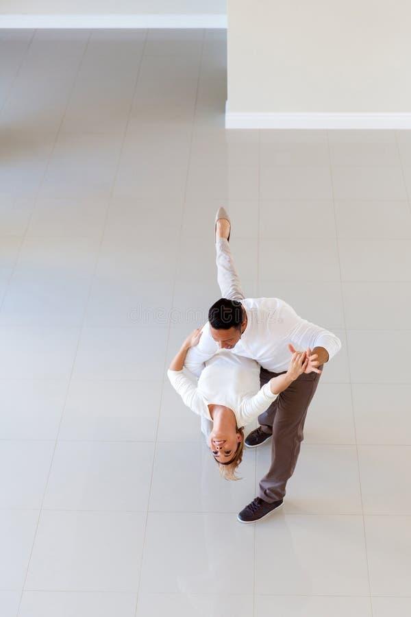 Danse de couples dans la maison image libre de droits