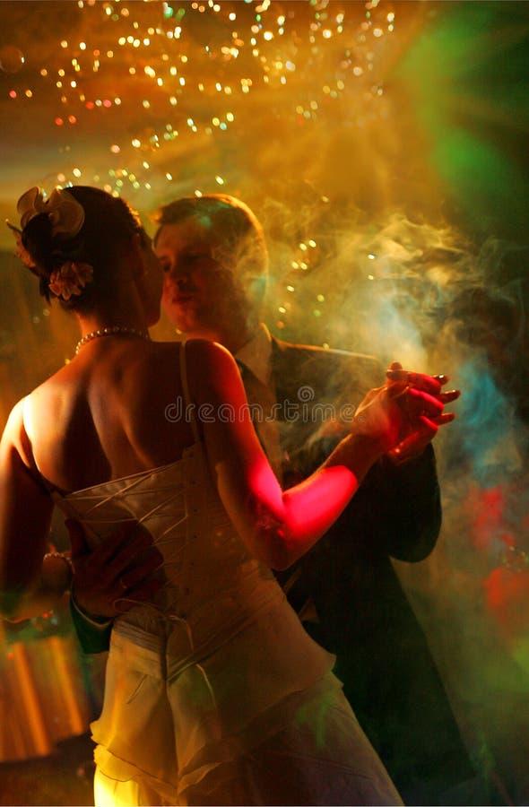 Danse de couples de nouveaux mariés image libre de droits