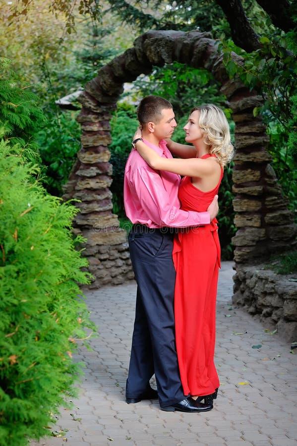 Danse de couples en parc images libres de droits