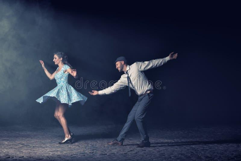 Danse de couples pendant la nuit image stock
