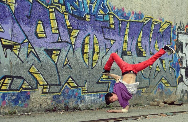 Danse de coupure de danse d'adolescent sur la rue images stock