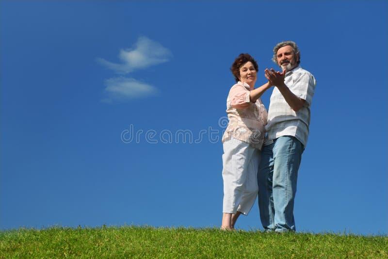 Danse de dame âgée et d'homme sur la pelouse image stock