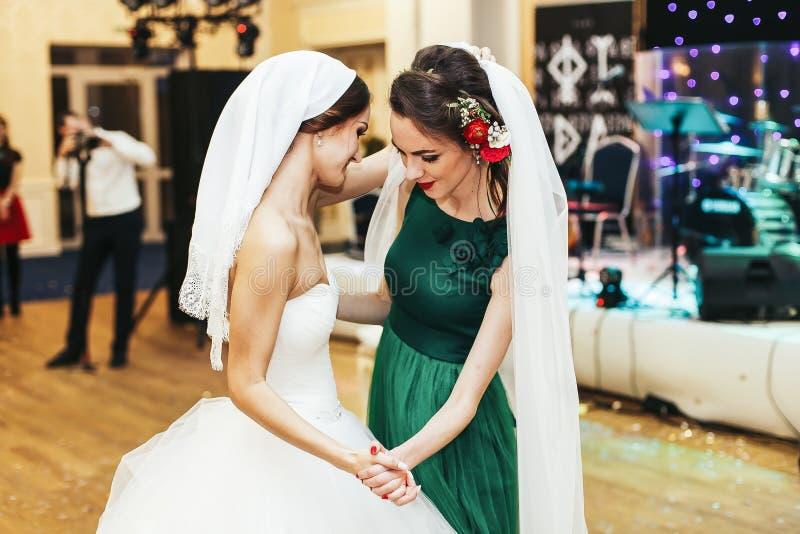 Danse de demoiselle d'honneur dans le voile de la jeune mariée photographie stock libre de droits