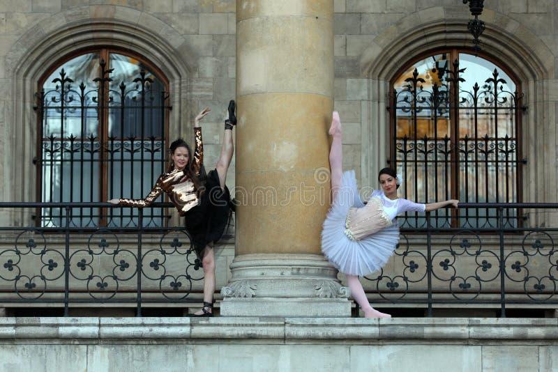 Danse de deux belle ballerines extérieure images stock