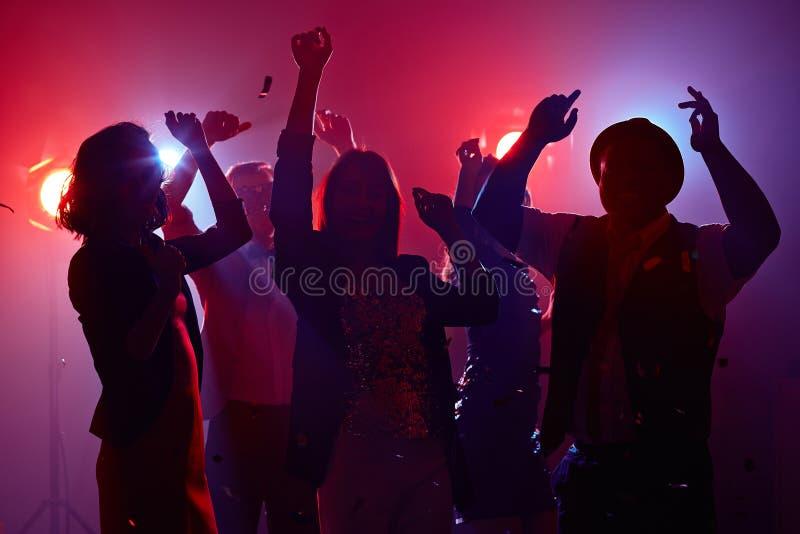 Danse de disco dans la lumière rouge images stock