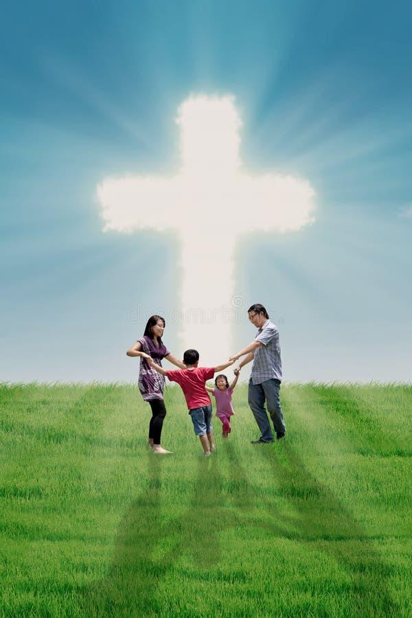 Danse de famille à la croix photographie stock libre de droits