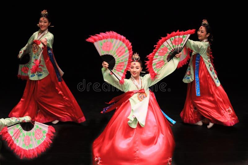 Danse de fan cor?enne traditionnelle image stock