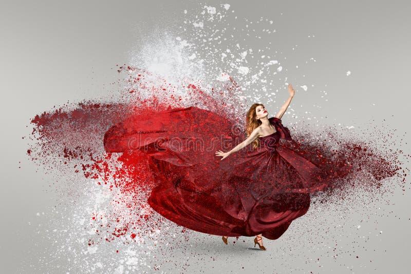 Danse de femme avec le nuage de la poudre image stock