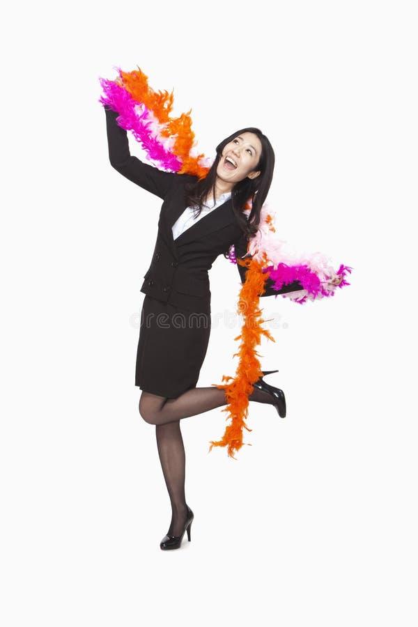 Danse de femme d'affaires avec le boa de plume, tir de studio images stock