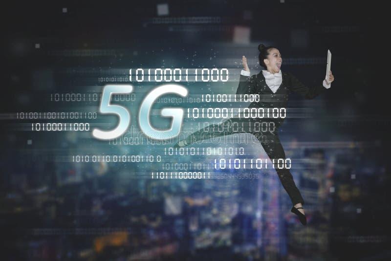 Danse de femme d'affaires avec le symbole du réseau 5G images stock