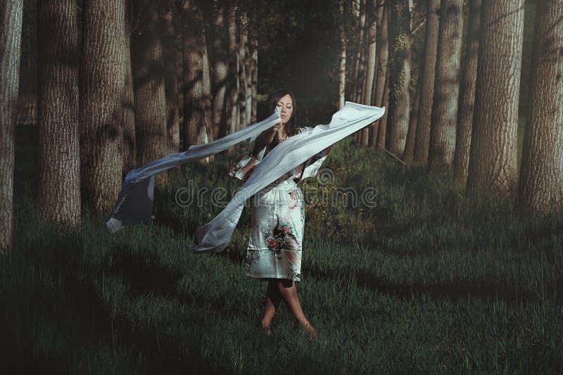 Danse de femme dans la forêt éthérée image stock