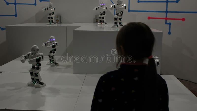 Danse de fille avec les robots blancs drôles clips vidéos