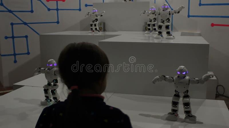 Danse de fille avec les robots blancs drôles banque de vidéos