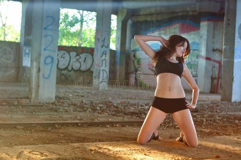 Danse de fille dans la salle abandonnée photo libre de droits