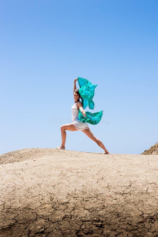 Danse de fille dans le vent image libre de droits