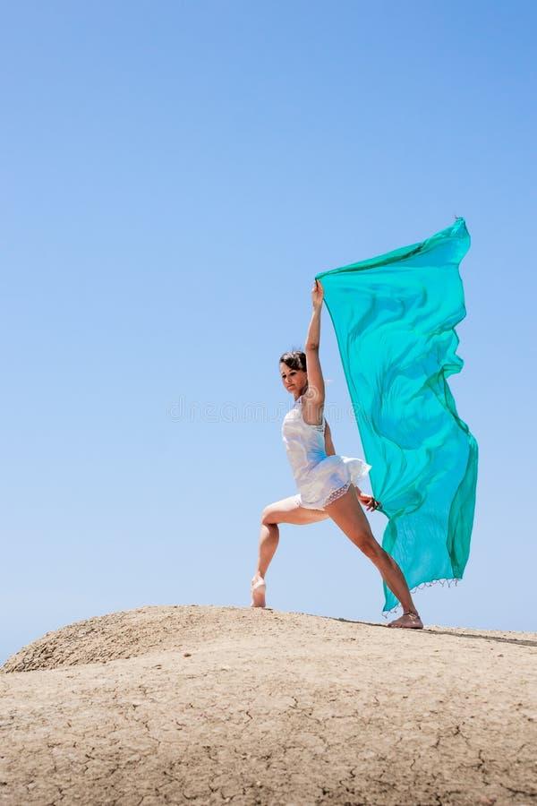 Danse de fille dans le vent photographie stock