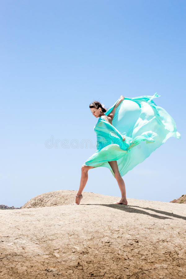 Danse de fille dans le vent photo stock