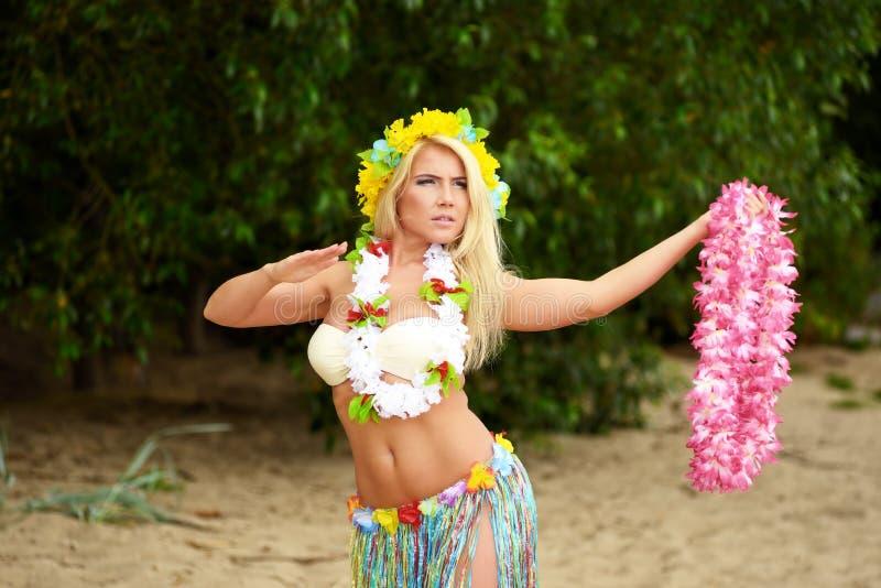 Danse de fille de danseur d'Hawaï de danse polynésienne de Beautyful sur la plage photos stock