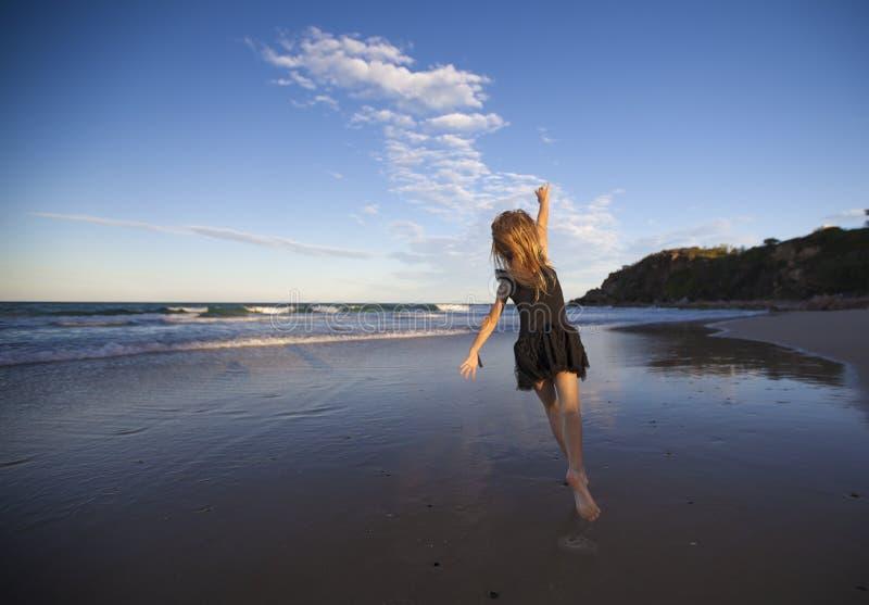 Danse de fille sur la plage photos stock