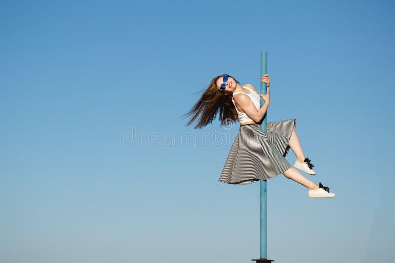 Danse de fille sur un poteau photo libre de droits